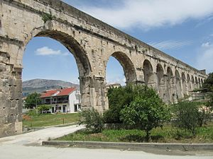 Diocletianus Aqueduct - Image: Bridge of the Diocletian aqueduct in Split