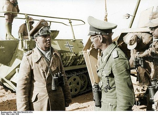 Rommel (vänster) vid sitt stabsfordon. 1942
