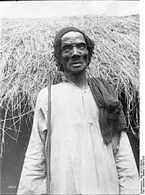 Bundesarchiv Bild 105-DOA0826, Deutsch-Ostafrika, alter Uschambaa-Mann.jpg