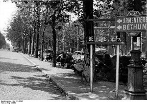 Bundesarchiv Bild 121-0396, Frankreich, Allee mit zerstörten Fahrzeugen.jpg