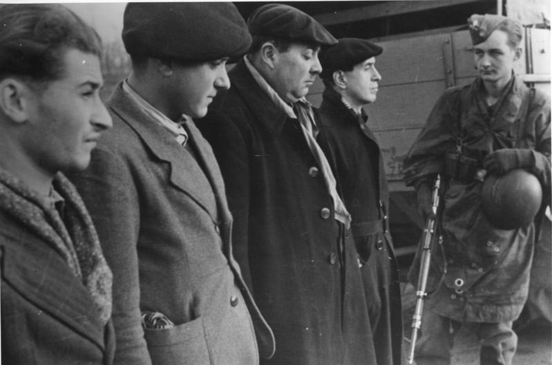 Bundesarchiv Bild 146-1983-077-14A, Frankreich, Festgenommene Widerstandsk%C3%A4mpfer