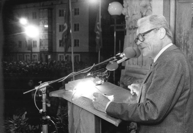 Bundesarchiv Bild 183-1990-0928-036, Dessau, SPD-Wahlkundgebung, Willy Brandt