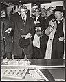 Burgemeester Thomassen bezocht de tentoonstelling Stad in Beweging. Hij wijst , Bestanddeelnr 093-0169.jpg