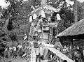 COLLECTIE TROPENMUSEUM Een lijk wordt in een verbrandingstoren geplaatst Bali TMnr 10003281.jpg