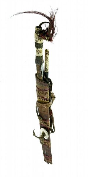 File:COLLECTIE TROPENMUSEUM Zwaard met gevest van been schede en mesje TMnr A-2984.jpg