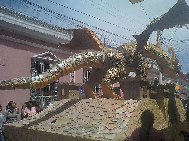 """File:Carroza de la """"Escuela Regional de Arte"""" Huehuetenango.jpg"""