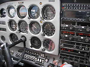 "300px Cessna 172 Instrument Panel (left) (Photo by Theo, 2006) El Cessna 172 ""El Más Fabricado"""