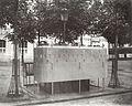 Charles Marville, Urinoir en ardoise à 6 stalles avec écran surélevé, Boulevard des Batignolles, ca. 1865.jpg