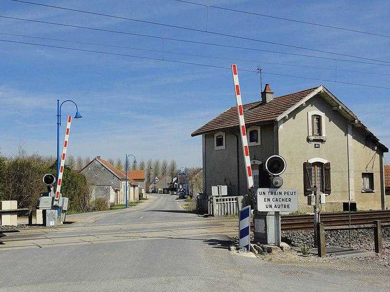 Entrée du village de Cherville, par le sud, et voie ferrée de Paris à Strasbourg.
