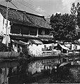 Collectie NMvWereldculturen, TM-20000862, Negatief, 'Huizen in een sloppenwijk aan het water', fotograaf Boy Lawson, 1971.jpg