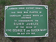Coronation tree plaque in Sandbach Park 6 May 1935.JPG