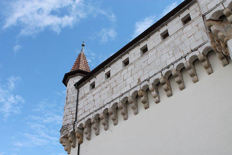 File:Créneaux au-dessus de l'entrée du château d'Annecy.jpg