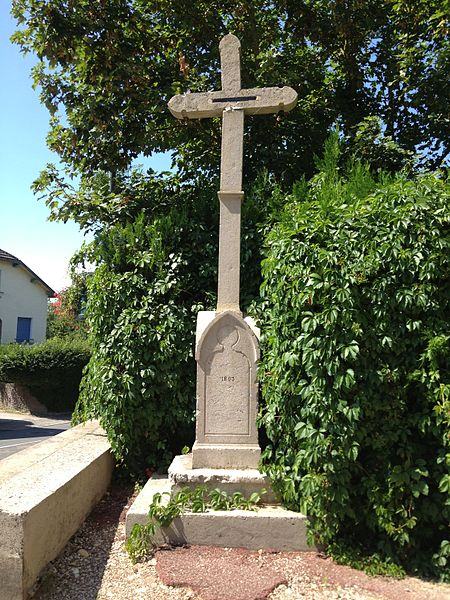 Croix à proximité l'église Saint-Jean-Baptiste de Saint-Jean-de-Niost.