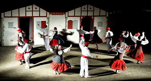 Photographie d'un groupe de danseurs basques de nuit à Bidart.