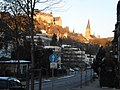 Der Schatten einer zunehmend wachsenden Stadt, Wohngebäude Universitätsstrasse Marburg an spätem Januar-Nachmittag mit Schloss in Sonne 2017-01-20.jpg