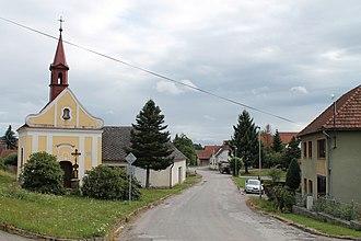 Dolní Vilímeč - Image: Dolní Vilímeč, náves s kaplí (2017 07 26; 02)