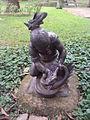 Escultura de índia pegando a cobra pelo pescoço.jpg