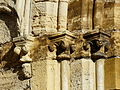 Excideuil église portail ouest chapiteaux.JPG