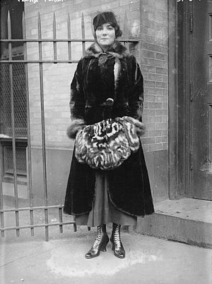 Flora Perini - Flora Perini in 1917 at the stage entrance to the Metropolitan Opera