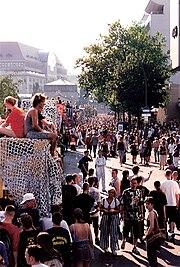 Startpunkt der Loveparade am Ernst-Reuter-Platz mit Abfahrt des Franconia Love Trucks Richtung Ku'damm (1995)