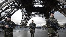 French-soldiers-guard-the-Eiffel-Tower-in-Paris.jpg