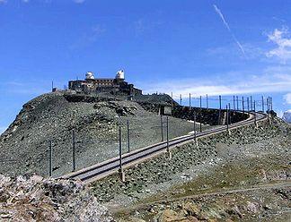 Gipfelbauten von Westen