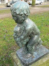 Groningen - Kind met lam (1955) van Fransje Carbasius - 2.jpg