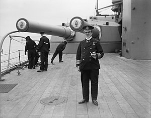 BL 12 inch Mk XI – XII naval gun - Vice-Admiral Doveton Sturdee in front of the Mk XII guns of a wing turret on HMS ''Hercules''
