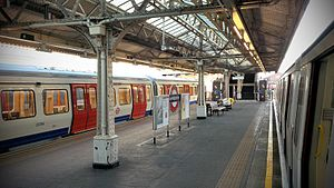 Hammersmith tube station (Hammersmith & City and Circle lines) - Platform view