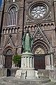 Heuvelse kerk and Statue of Sacred Heart of Jesus Christ.jpg