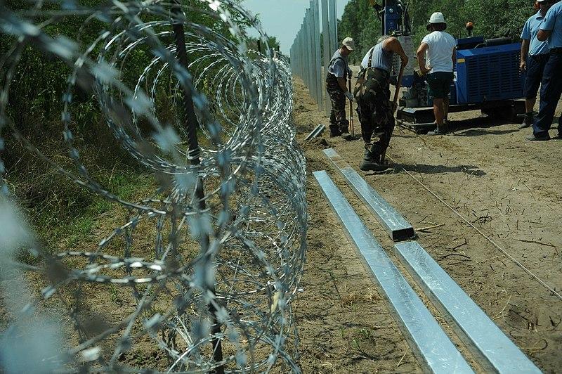 File:Hungarian-Serbian border barrier 5.jpg