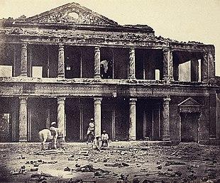L'interno del Sikandra Bagh alla periferia di Lucknow nel 1858 dopo il massacro di circa 2000 sepoy che si erano ammutinati agli inglesi l'anno precedente.
