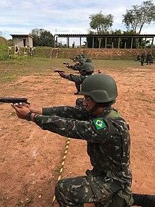 fac796820 Instrução de tiro de Pistola IMBEL M973 no estande de tiro de Seção de Tiro  da ESA;