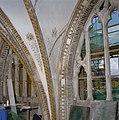 Interieur, detail van beschilderde raamtracering, tijdens restauratie - 's-Gravenhage - 20341267 - RCE.jpg