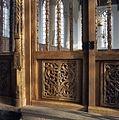 Interieur, houtsnijwerk in de deur van het koorhek - Monnickendam - 20383264 - RCE.jpg