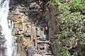 Jeune homme escaladant les parois des cascades de Tanougou (Bénin).jpg