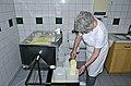 Joehrerhof Schafkaeseproduktion Abtrennen der Molke 13062014 775.jpg