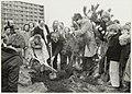 Joost Prinsen, alias Erik Engerd, helpt bij de Boomplantdag 1986. NL-HlmNHA 54023386.JPG