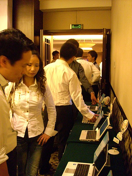 File:Journalists are checking out on Mini-Note (2983406900).jpg