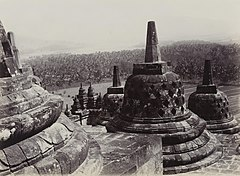 KITLV 40543 - Sem Céphas - Stupa terrace at Borobudur - Around 1910.jpg