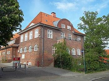 """Das """"Alte Volksbad"""", links im Hintergrund die Turnhalle"""
