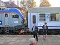 Kierownicy pociągu na stacji kolejowej w Mońkach.jpg