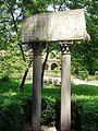 Klasztor cystersów, kamienne tablice wsparte na kolumnach.jpg
