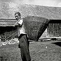 Koš za rezanco in mrvo nosit živini - pri Brlogarju, Male Lašče 1960 (2).jpg