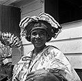 Kotomisi Pauline gekleed in feestkleding in rood, wit, blauw en met portretten v, Bestanddeelnr 252-5461.jpg