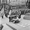 Kranslegging door bevrijde Franse politieke gevangenen op het graf van de Onbeke, Bestanddeelnr 900-2604.jpg