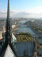 La seine et la flèche de la cathédrale de Notre-Dame de Paris, depuis les tours.jpg