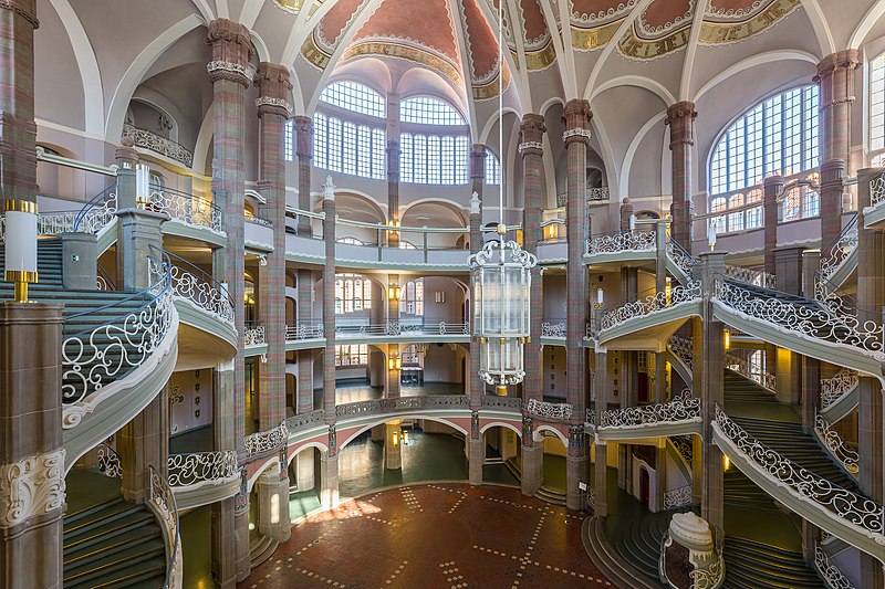 Вестибюль і повітряні сходи місцевого суду у Берліні (Німеччина) щороку відвідують тисячі людей. Найкраща світлина міжнародного етапу конкурсу Wiki Loves Monuments 2016. Автор фото: Ансгар Коренг, вільна ліцензія cc by 3.0