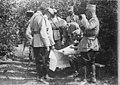 Le roi de Roumanie, le général Averescu et un adjudant suivent le déroulement des combats sur une carte - Médiathèque de l'architecture et du patrimoine - AP62T123173.jpg