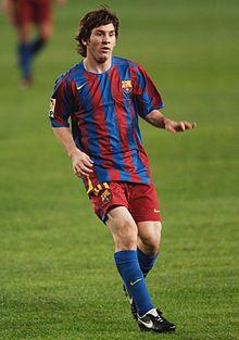 Messi in azione con la maglia del Barcellona nel 2005, durante una partita contro il Málaga.